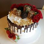 Chocolate_covered_strawberries_and_roses