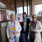 Holly, Hilary & Lynn at Safeway (no, they're not picketing...)