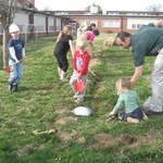 Childrens_garden__raking
