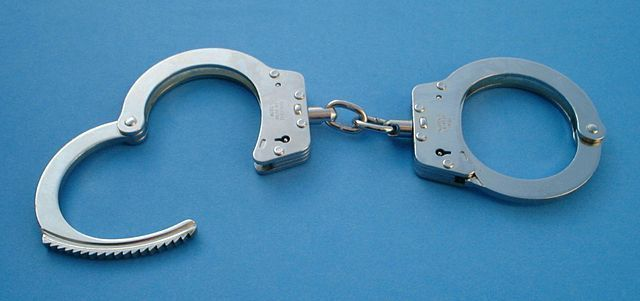 640px-Handcuffs01_2003-06-02.jpg