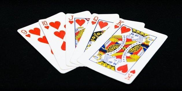Permainan kartu memang sudah bukan lagi hal yang tabu dalam kalangan di dunia ini, dimana sudah banyak sekali jenis permainan kartu yang di keluarkan dan salah satu nya Poker Online, bagi para pecinta judi online seharusnya sudah tau tentang bagaimana cari bermain Poker Online, memang permainan yang satu ini bisa dibilang akan dengan sangat  cepat menghasilkan sebuah kemenangan dan sebuah keuntungan juga bagi yang memainkan nya, tapi semua itu juga harus tergantung dari para masing-masing player yang ikut bermain di dalam meja taruhan tersebut.  Cara Bermain Permainan Judi Poker Online Memang sudah banyak yang mengetahui cara bermain Poker Online ini, tapi tidak ada salah nya mari kita bahas sedikit mengenai game Poker Online yang satu ini, mungkin saja masih ada yang belum mengetahui bagaimana cara bermain Poker Online yang satu ini, jenis permainan yang satu ini juga menggunakan kartu remi, dan dalam permainan Poker Online ini pastinya ada mempunyai urutan kartu dari yang terbagus sampai terjelek, karena itu nanti yang akan menentukan siapa yang akan menjadi pemenang dalam putara meja pada saat itu, ini adalah susunan kartu dalam Poker Online dari yang terkecil sampai ke yang paling besar :  High Card Kartu yang satu ini dimana pemain yang memiliki angka kartu yang sama dengan 5 kartu yang sudah terbuka di atas meja, maka itu adalah pemegang kartu dengan angka tertinggilah yang akan menang dalam permainan tersebut, Misal nya tidak ada 1 pun dalam meja itu memiliki kartu yang sama maka dalam pertandingan tersebut akan di lihat melalui High Card untuk mencari kemenangan dalam pertandingan tersebut karena memang tidak ada istilah draw dalam permainan Poker Online ini, dan yang memiliki kartu paling tinggi yang akan menang. One Pair Pemegang kartu yang memiliki 1 jenis kartu yang sama dengan yang di meja yang terbuka yaitu 5 kartu, pemegang kartu one pair tertinggi dalam putaran tersebut maka itu akan menjadi pemenang dalam putara tersebut, tetapi harus di lihat juga 